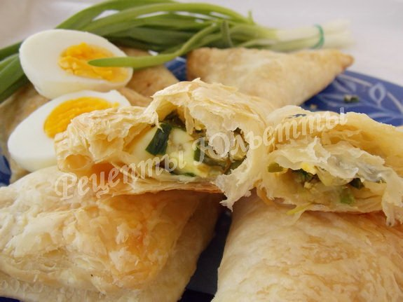 пирожки из слоёного теста с яйцами и луком