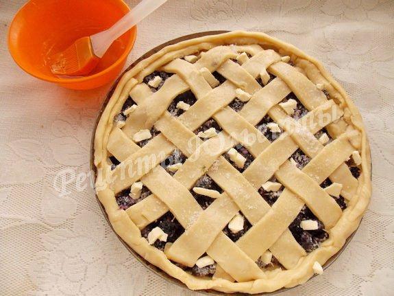 смазываем пирог, посыпаем сахаром