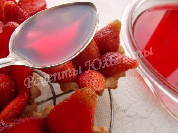 поливаем ягоды желе