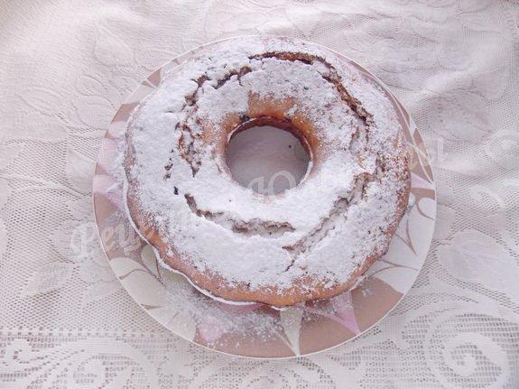 посыпаем готовый кекс сахарной пудрой