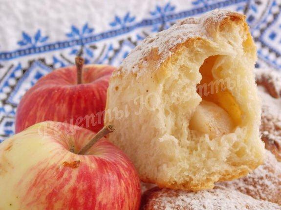 пирожки с начинкой из яблок, сахара и корицы