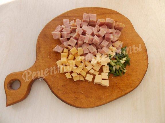 режем кубиками сыр и ветчину
