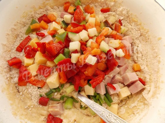 добавляем в тесто овощное ассорти, ветчину, сыр и зелень
