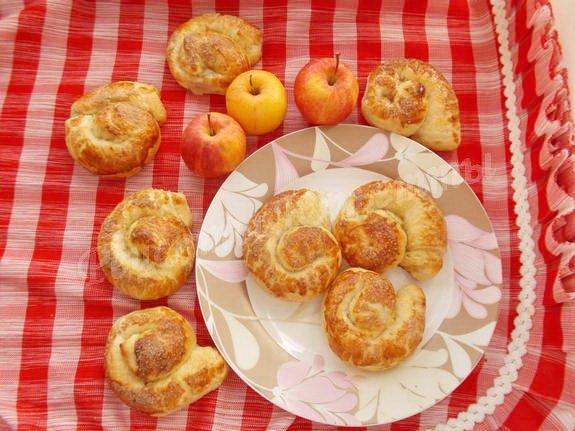 слоёные булочки с яблоком