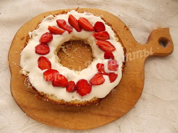 прослаиваем торт взбитыми сливками и клубникой
