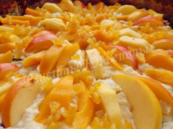 выкладываем тесто в форму и украшаем фруктами