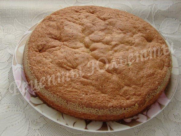 выкладываем бисквит на блюдо